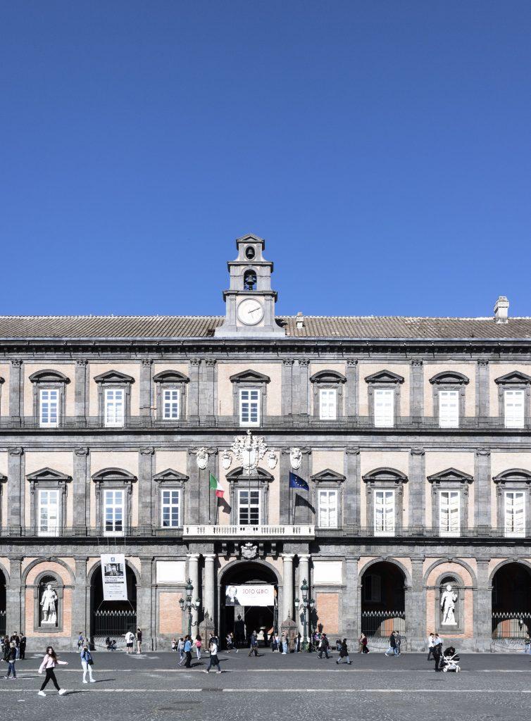 vista esterna di palazzo reale napoli